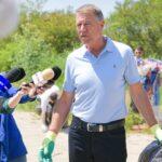 Președintele României a strâns gunoaiele de pe malul Argeșului